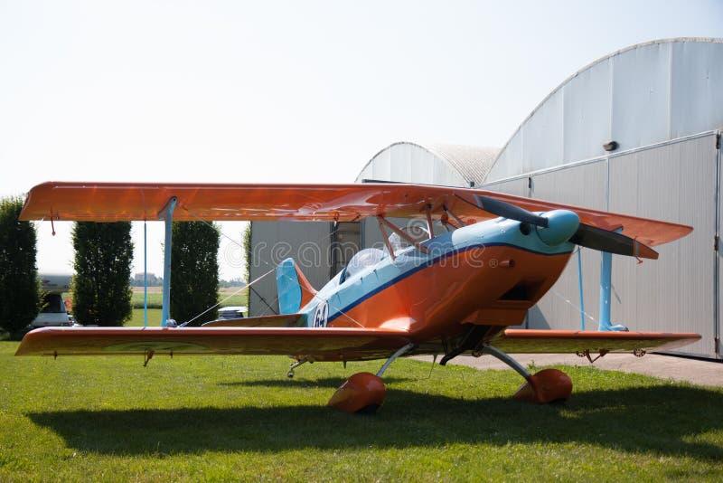 Lichte vliegtuigen, moderne tweedekkersinaasappel en blauw royalty-vrije stock afbeeldingen