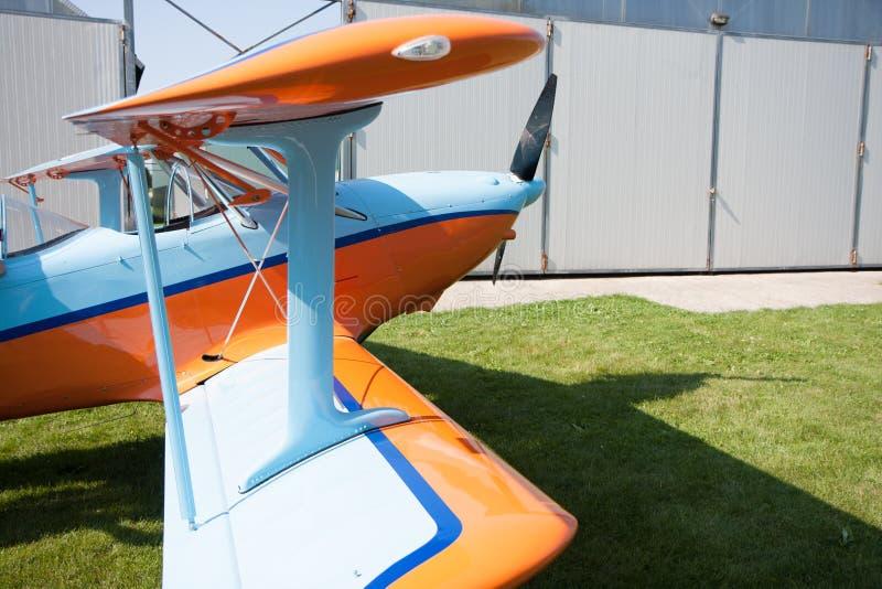Lichte vliegtuigen, moderne tweedekkersinaasappel en blauw royalty-vrije stock foto
