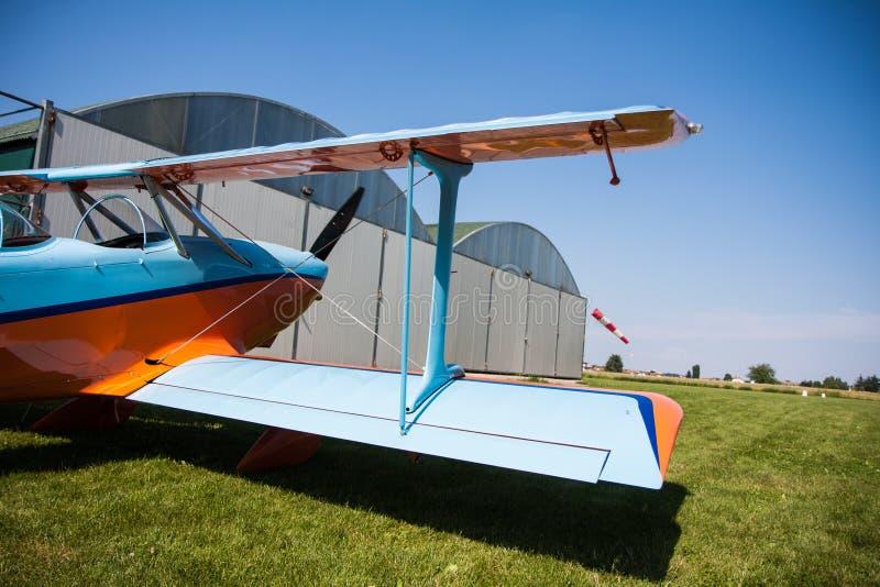 Lichte vliegtuigen, moderne tweedekkersinaasappel en blauw stock afbeeldingen
