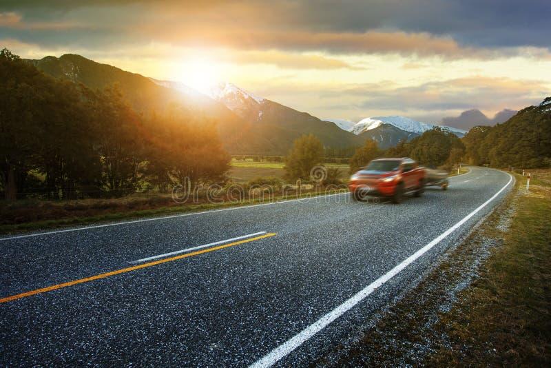 Lichte vrachtwagen die weg van het streven nationaal park overgaan de meesten popul stock afbeelding
