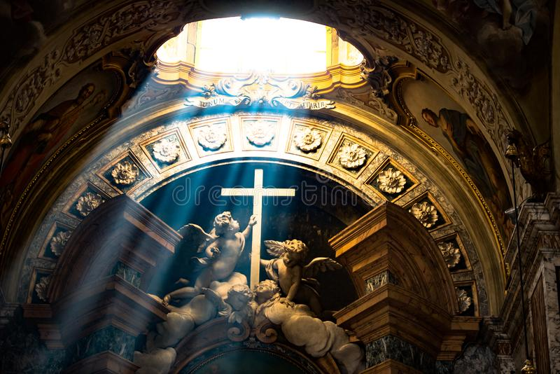 Lichte weerslag - Engelen die Dwars, Kathedraal Bologna houden royalty-vrije stock foto's