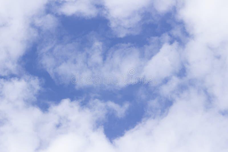 Lichte witte wolken in de hemel in de vorm van een hart stock afbeelding