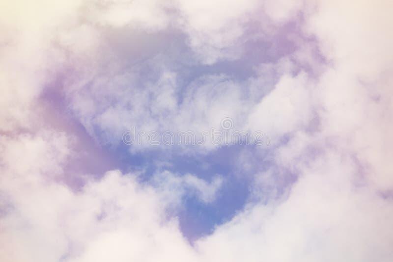 Lichte witte wolken in de hemel in de vorm van een hart royalty-vrije stock afbeeldingen