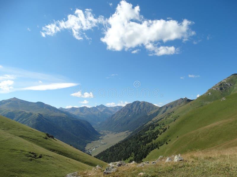Lichte wolken over de bergen royalty-vrije stock afbeeldingen