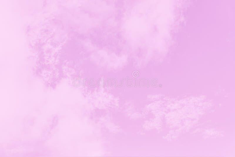 Lichte zachte roze hemelachtergrond Mooie romantische hemel met cirrocumuluswolken stock foto