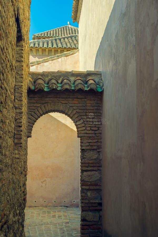 Lichten en schaduwen in de middeleeuwse citadel stock foto