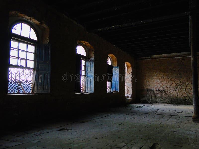 Lichten en schaduwen in een oude fabriek royalty-vrije stock foto's