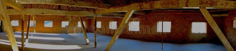 Lichten en schaduwen in een oude fabriek stock fotografie
