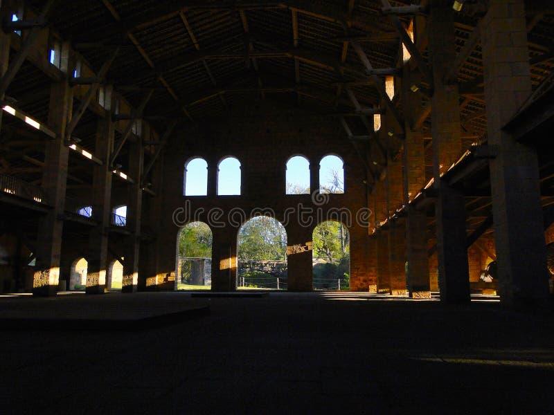 Lichten en schaduwen in een oude fabriek royalty-vrije stock foto