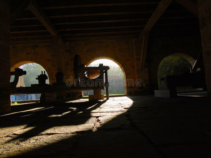 Lichten en schaduwen in een oude fabriek royalty-vrije stock afbeelding