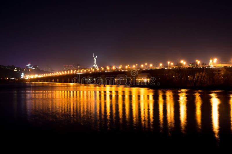 Lichten op de brug van Kiev bij nacht stock afbeelding