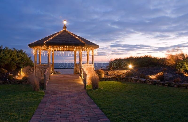 Lichten op gazebo bij zonsondergang royalty-vrije stock afbeelding