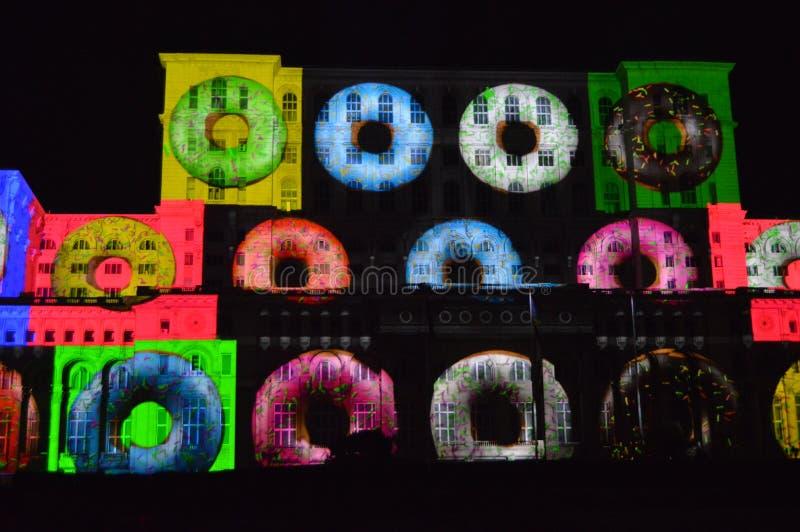 Lichten op het huis van de mensen, Boekarest stock foto's