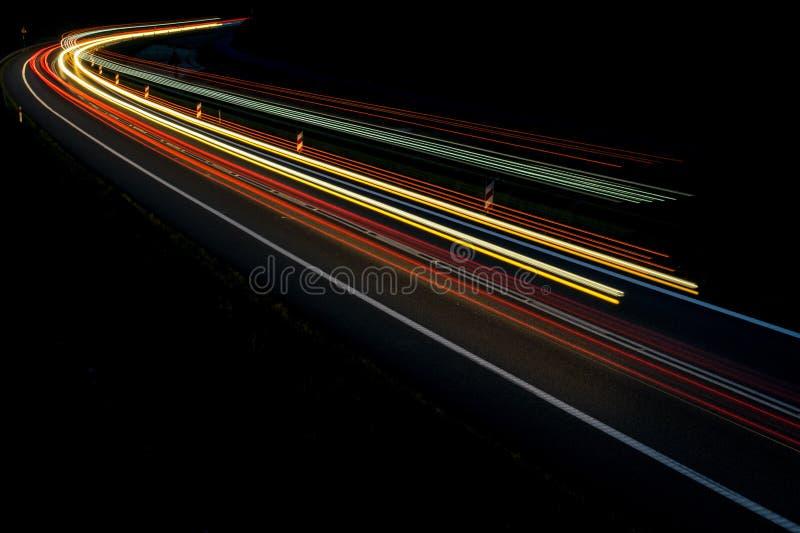 Lichten van auto's met nacht stock fotografie