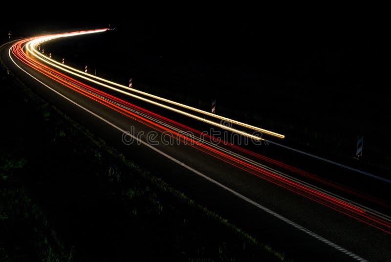 Lichten van auto's met nacht stock afbeelding