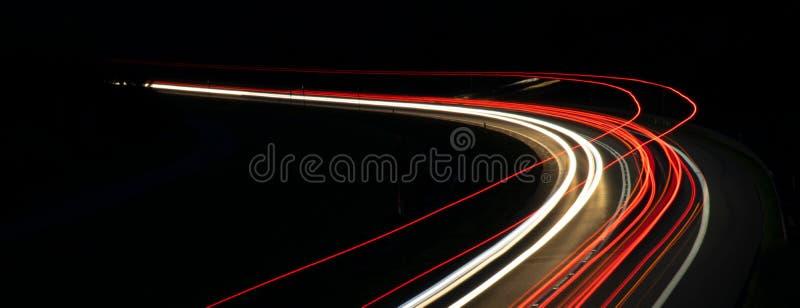 Lichten van auto's met nacht stock foto