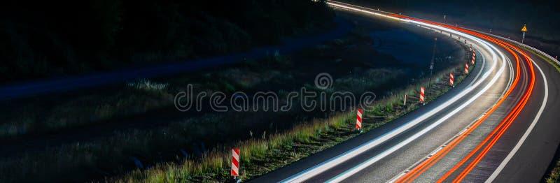 Lichten van auto's met nacht stock foto's