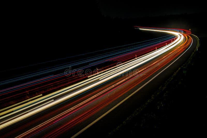 Lichten van auto's met nacht stock afbeeldingen