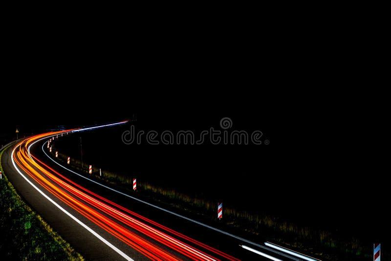 Lichten van auto's met nacht royalty-vrije stock afbeelding