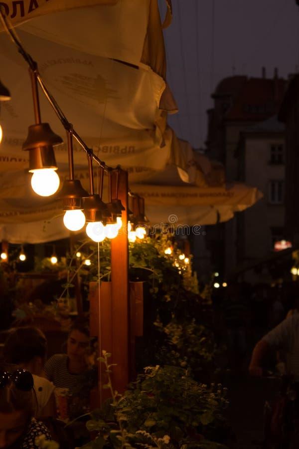 Lichten van de gloeilampen de Verlichte koffie stock afbeelding