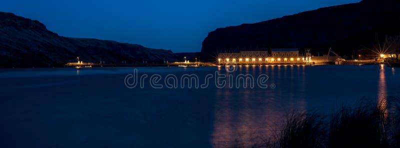 Lichten van een Dam op een rivier van Idaho bij nacht royalty-vrije stock foto