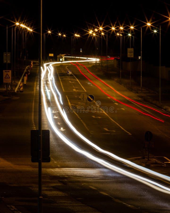 Lichten van middernachtverkeer in Slowakije royalty-vrije stock foto