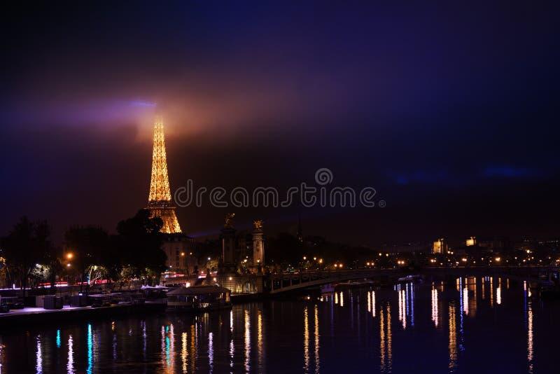 Lichten van nacht Parijs in Zegenrivier die worden weerspiegeld royalty-vrije stock foto's