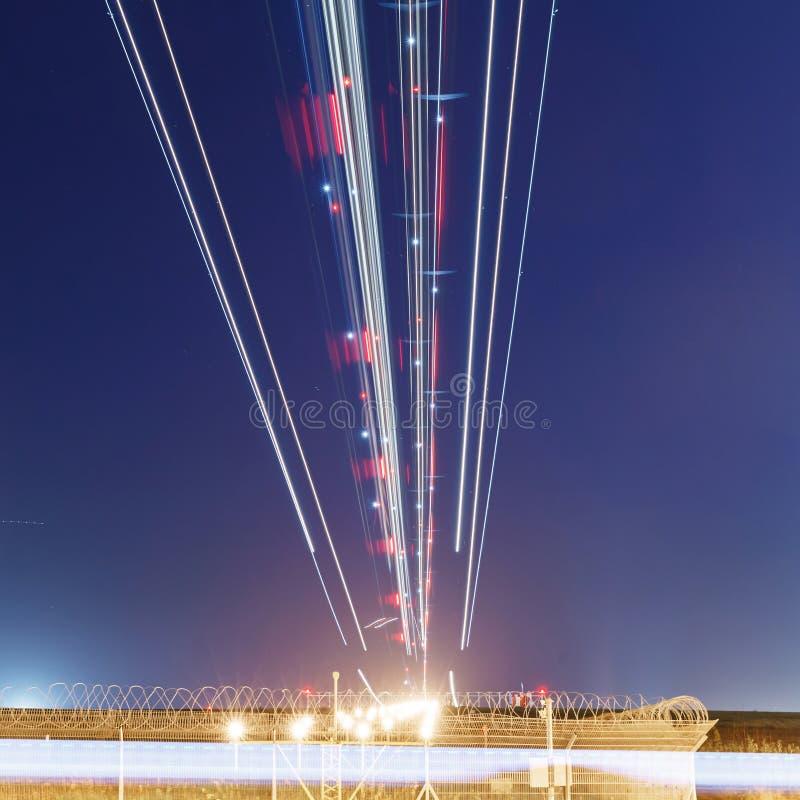 Lichten van vliegtuigen op de glijdende bewegingsweg stock foto's