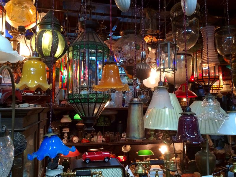 Lichter angezeigt im orientalischen Stall stockfotografie
