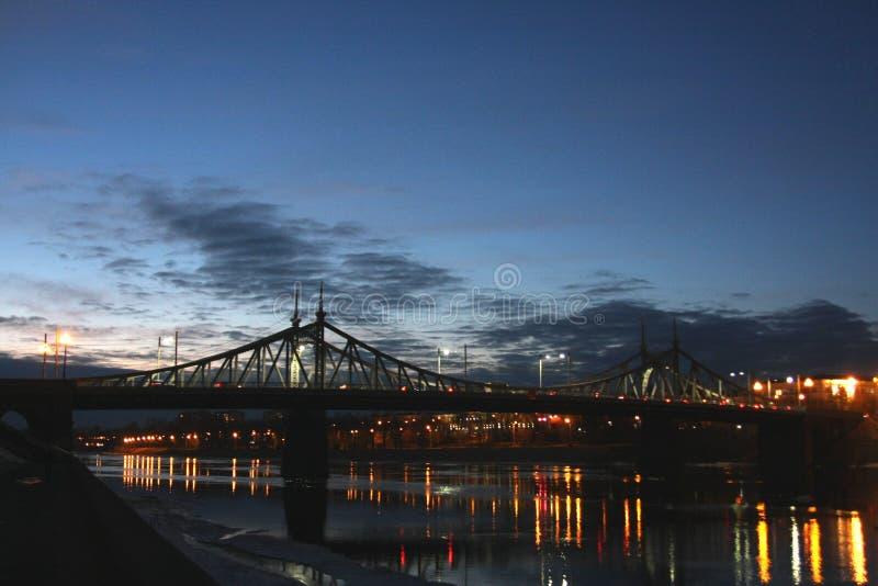 Lichter auf dem Fluss stockfotos