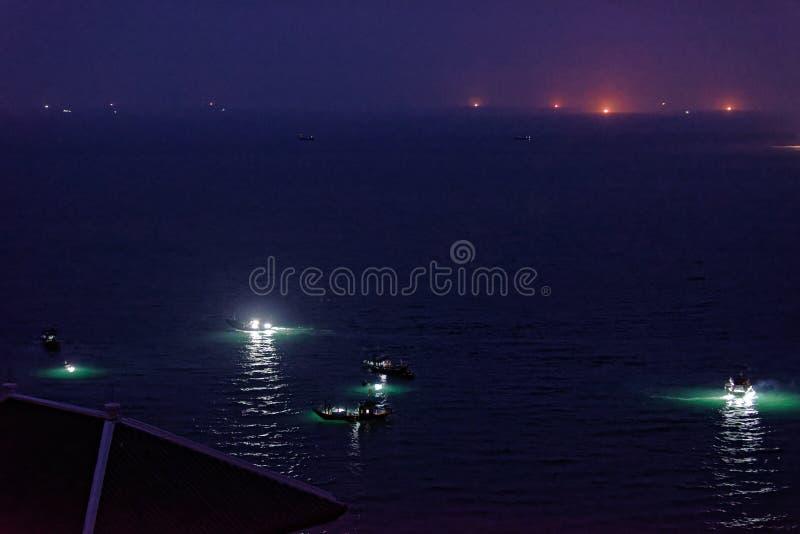 Lichter auf Kalmarbooten nachts, Da Nang, Vietnam lizenzfreies stockbild