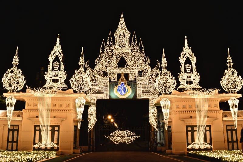 Lichter, die am Tor verzieren stockbild