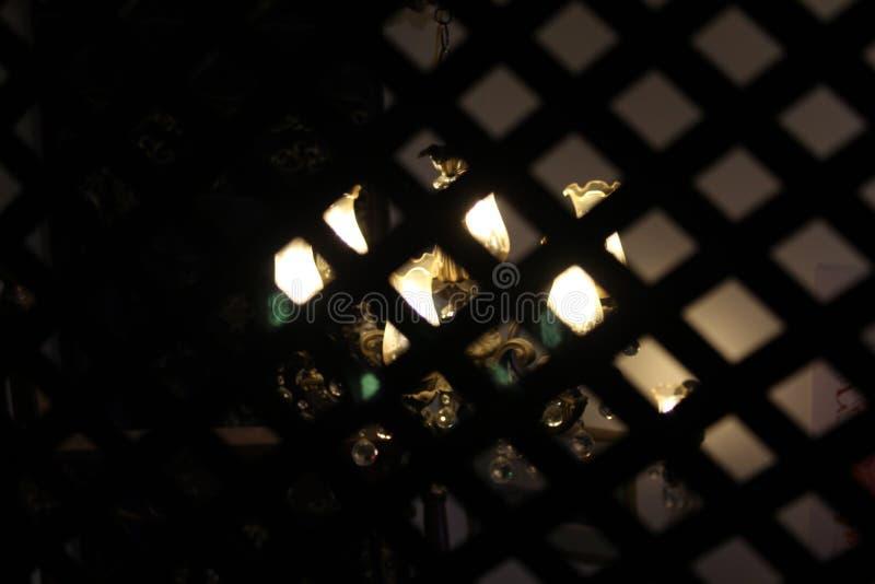 Lichter hinter dem Käfig stockfoto