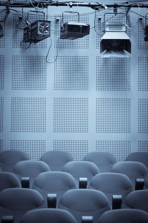 Lichter und Sitzreihen in einem Kino stockfoto