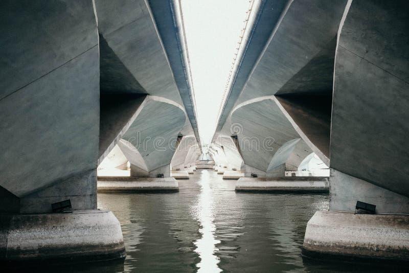 Lichter unter der Brücke stockfoto