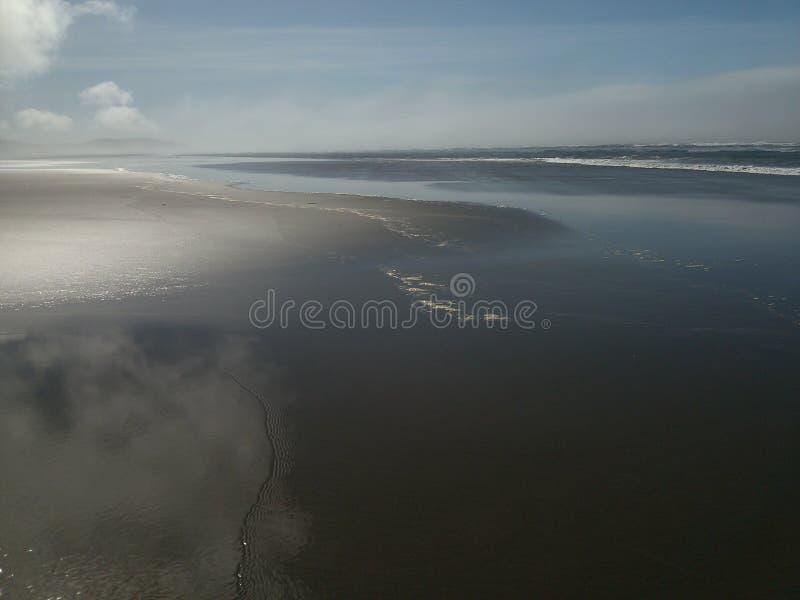 Lichtjes bewolkt strand stock foto