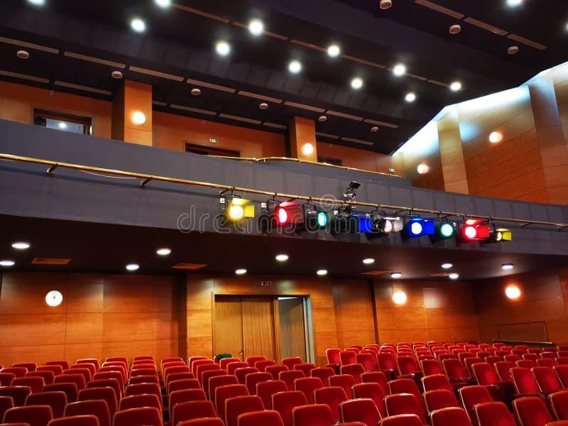 Lichtprojektoren mit farbigen Filtern - Theaterhalle stockbilder