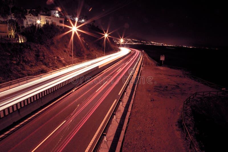 Lichtspuren auf einer Autobahn am nigth stockbild