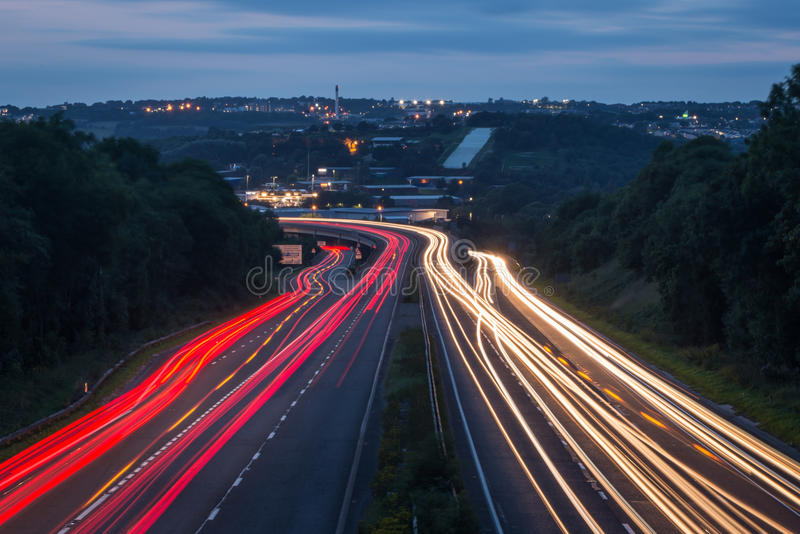 Lichtspuren auf Fahrbahn stockfoto