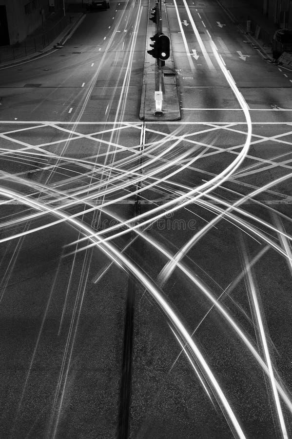 Lichtspuren des Nachtverkehrs in der Stadtmitte stockbild