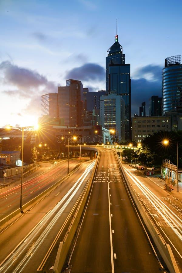 Lichtspuren des Verkehrs in Hong Kong zur Sonnenuntergangzeit mit Hong Ko stockfotografie