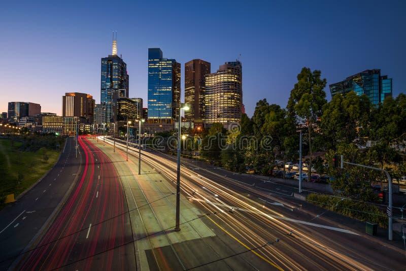 Lichtspuren des Verkehrs mit belichteten Wolkenkratzern von Melbourn stockbild