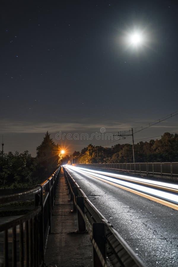 Lichtspuren unter dem Mond stockfoto