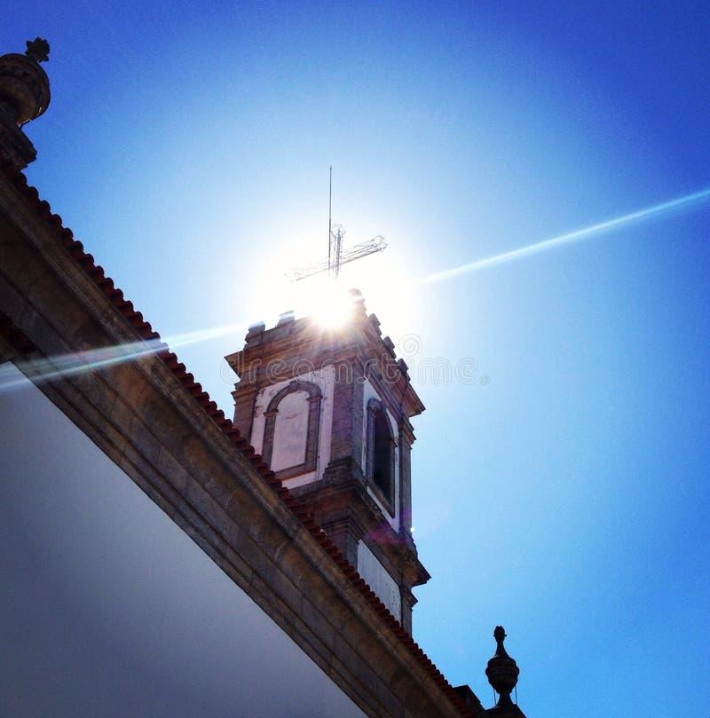 Lichtstrahl über Kirche stockbild