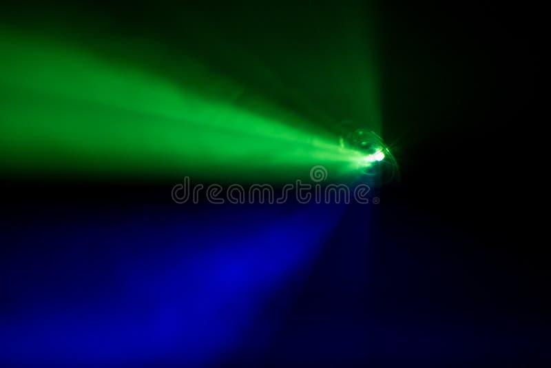 Lichtstrahl für Film und Kino nachts, Rauchbeschaffenheitsscheinwerfer stockfoto