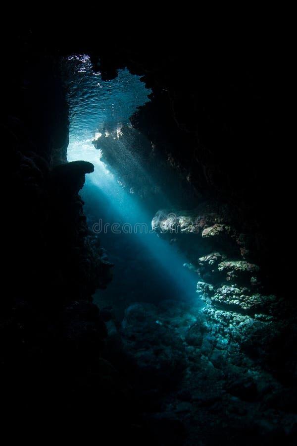 Lichtstralen en Onderwaterhol in Solomon Islands stock fotografie