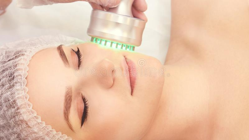 Lichttherapieverfahren Heilen Sie Schönheitsbehandlung Frauengesichtsbehandlungsgerät Antialter und Falte stockfoto