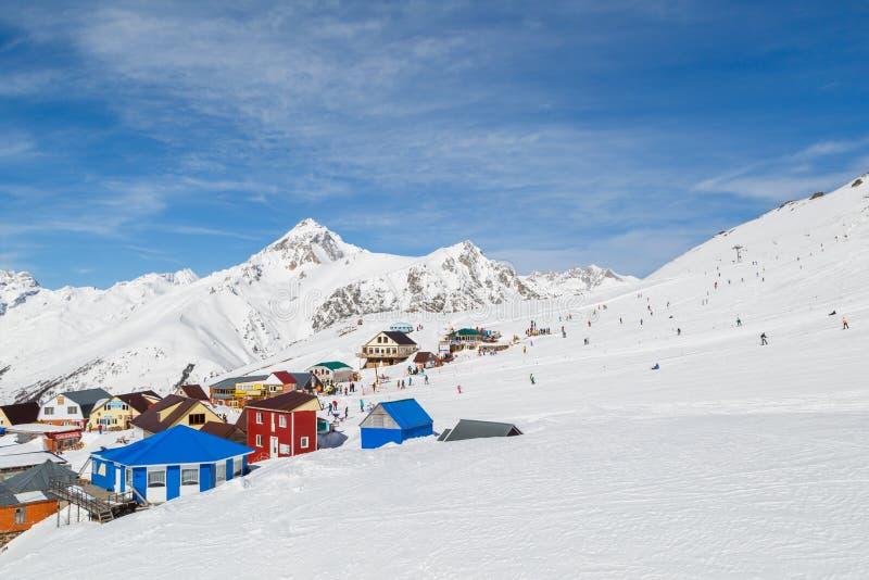 Lichtung für Rest mit Café und Miete von Skis und von Snowboards an einer Höhe von 2550 m über Meeresspiegel lizenzfreie stockfotos