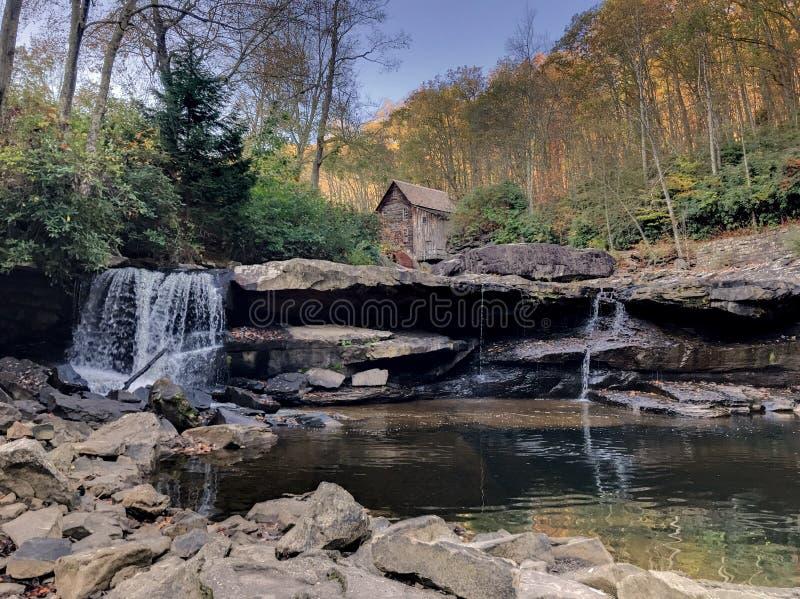 Lichtungs-Nebenfluss-Mahlgut-Mühle lizenzfreie stockfotos