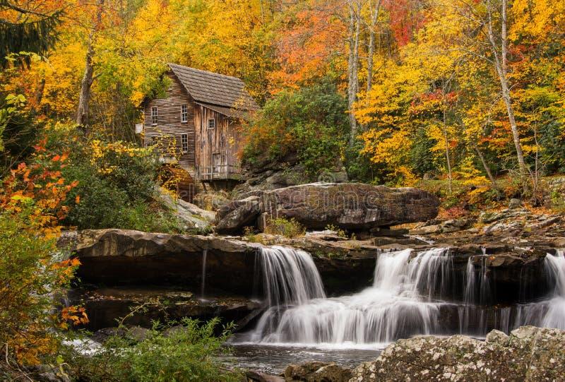 Lichtungs-Nebenfluss-Mahlgut-Mühle lizenzfreies stockfoto